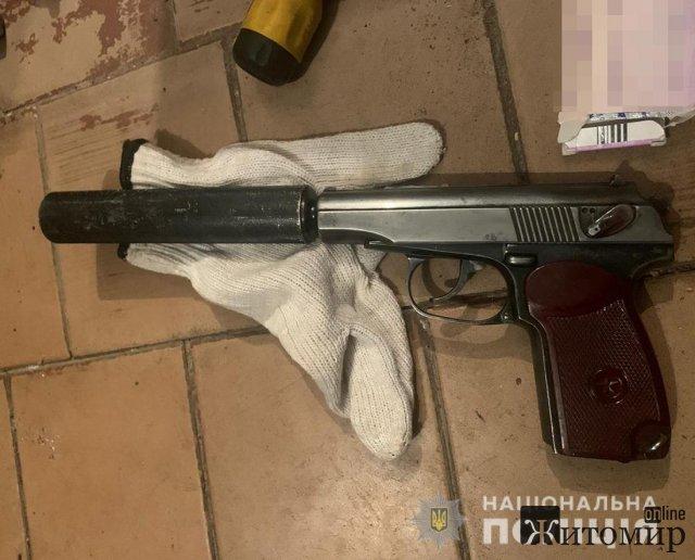 У дебошира з Хорошева поліцейські знайшли наркотики та пістолет з глушником. ФОТО