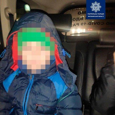 У Житомирі патрульні привезли додому 8-річного хлопчика, який заблукав