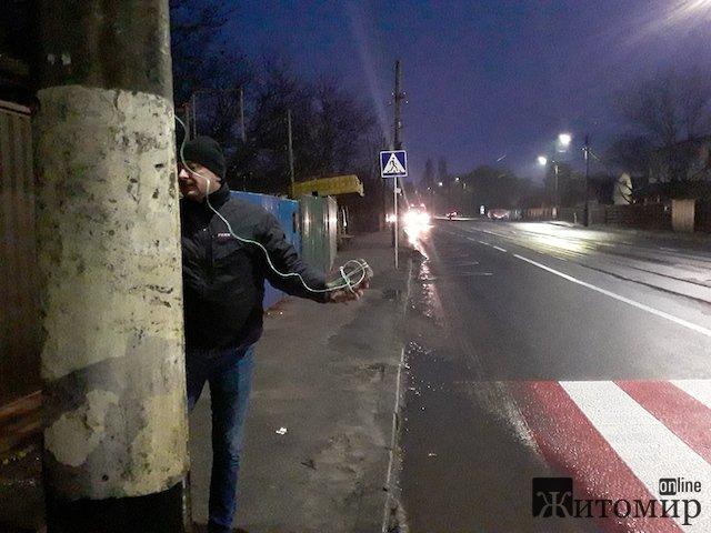 У Житомирі креативні пішоходи придумали спосіб, як безпечно перейти дорогу. ФОТО