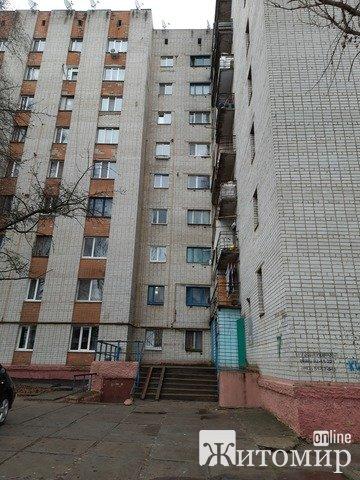 В Житомире в общаге на Полевой площади молодая женщина зарезала сожителя
