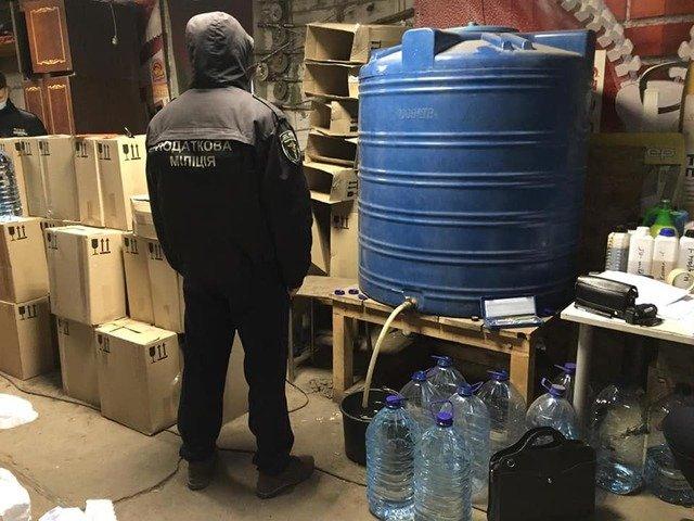 На Житомирщині у двох підпільних цехах підроблювали елітний алкоголь. ФОТО