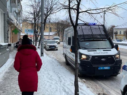 Житомирську владу від обурених українців охороняє купа поліцаїв