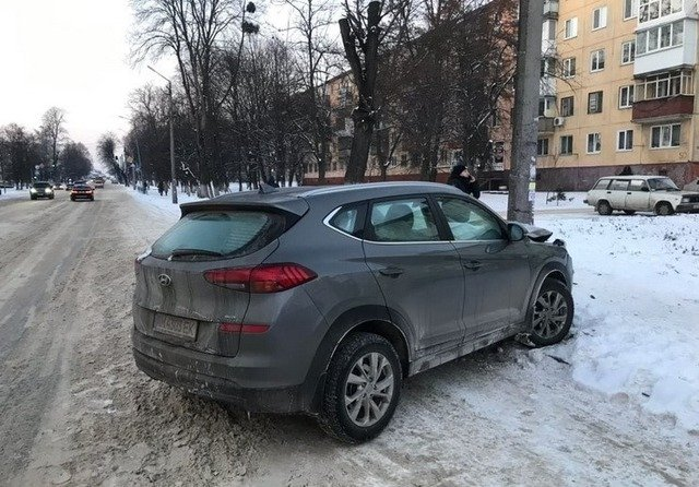 У Житомирі Hyundai врізався в стовп. ФОТО
