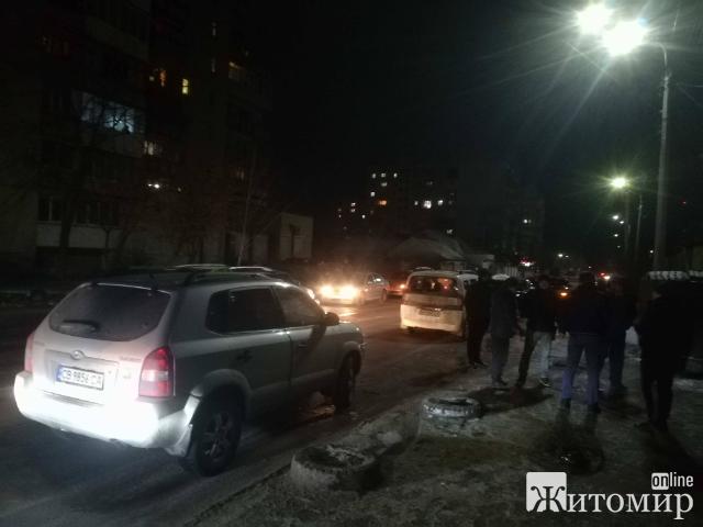 """У Житомирі таксисти провчили """"пасажира-зайця"""". ФОТО."""