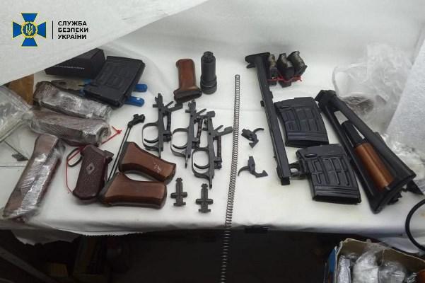 СБУ викрила контрабандний канал комплектуючих до кулеметів та снайперських гвинтівок