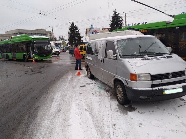 У Житомирі сталася ДТП за участю тролейбуса, є постраждалі. ФОТО
