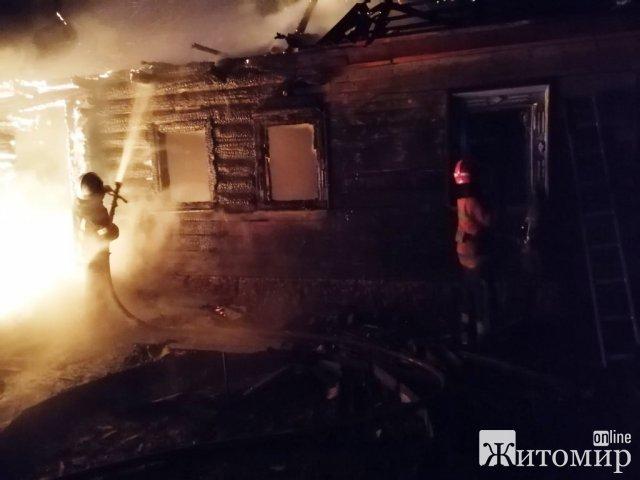 У селі на Житомирщині під час гасіння пожежі опіки отримав господар: сусіди знайшли чоловіка на землі. ФОТО