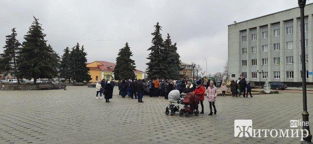 У Бердичеві люди протестують проти підвищення тарифів. ФОТО