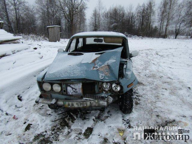 На Житомирщині ВАЗ з'їхав у кювет: постраждав пасажир, який згодом помер. ФОТО
