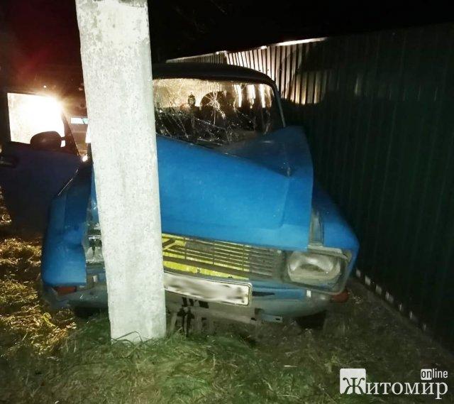 У селі на Житомирщині легковик врізався в електроопору, постраждав пасажир. ФОТО