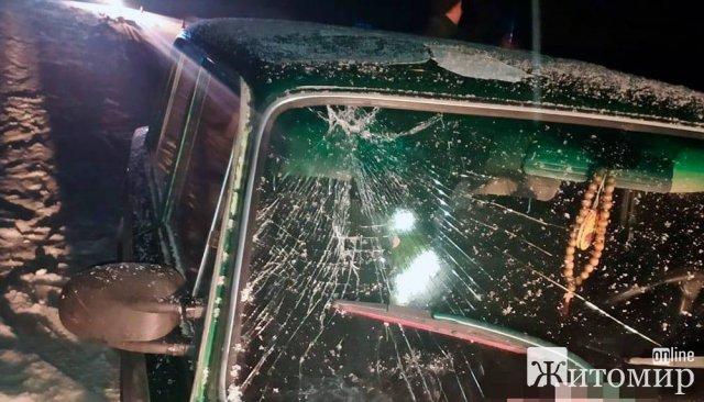 У селищі на Житомирщині ВАЗ збив велосипедиста: водія двоколісника госпіталізували до лікарні. ФОТО
