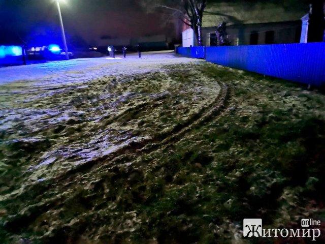 У селі Житомирської області ВАЗ збив 14-річну дівчину, що йшла дорогою та втік. ФОТО
