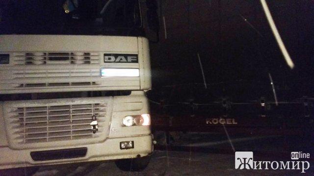 На Житомирщині вантажівка наїхала на водія, чоловік загинув. ФОТО