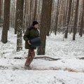 Узимку на Житомирщині батько та син підгодовують диких тварин у лісі. ВІДЕО