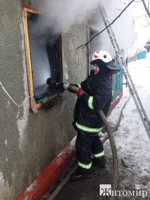 У Житомирській області горів дім, рятувальники виявили обвуглене тіло чоловіка. ФОТО