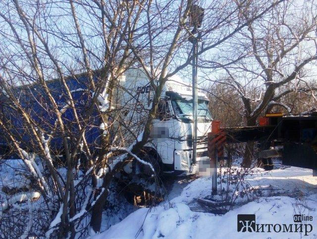 На Житомирщині рятувальники витягували техніку через складні погодні умови. ФОТО