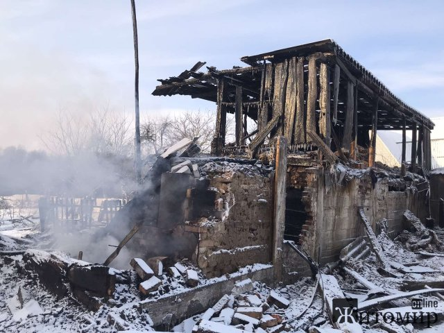 У селі на Житомирщині горів будинок: в приміщенні вибухнув балон, а рятувальники знайшли тіло жінки. ФОТО