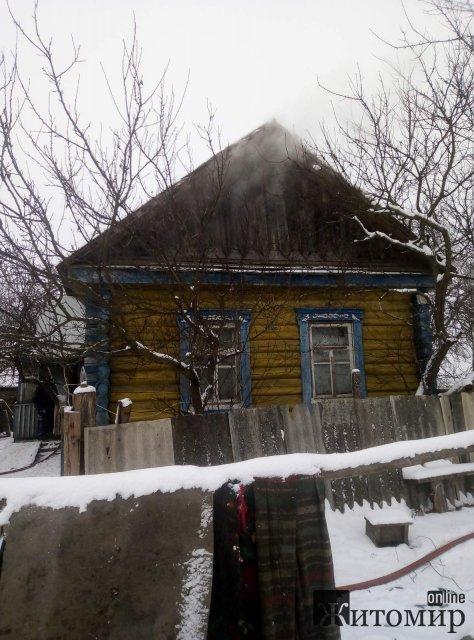 У селі на півночі Житомирської області горів будинок: рятувальники вивели з приміщення чоловіка. ФОТО