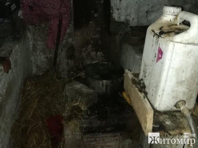На Житомирщині горів сарай: господиня повісила сушити речі над грубою. ФОТО