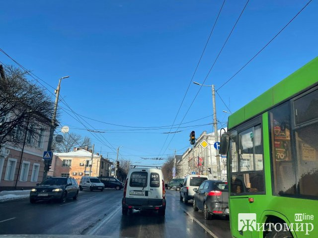 На небезпечному перехресті в Житомирі не працює світлофор, на дорозі затор. ФОТО
