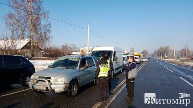 Біля Бердичева люди перекривали трасу – виступали проти потенційної кандидатки на посаду старости. ФОТО