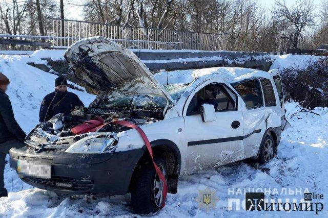На автодорозі в Житомирській області Opel злетів з мосту, водійка отримала травми. ФОТО