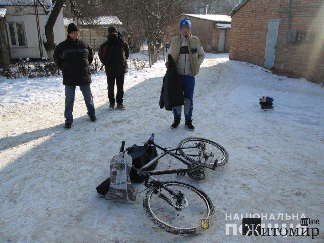 На Житомирщині поліцейські розшукали злодія, який виніс з будинку велосипед, ноутбук та особисті речі. ФОТО