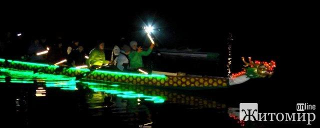Житомирські веслувальники показали, як тренуються на драгонботі з ілюмінацією. ФОТО