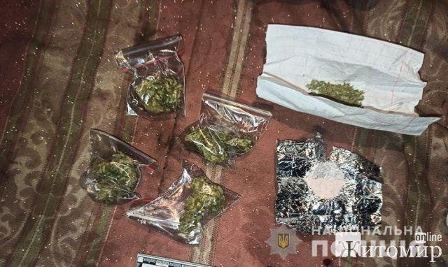 У Житомирі поліцейські зупинили чоловіка з розфасованою марихуаною. ФОТО