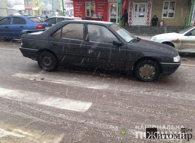 На вулиці Базарній в Коростені Peugeot збив жінку. ФОТО