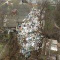 В Полтаве пенсионерка 15 лет собирала мусор в своем дворе: гора отходов выше дома