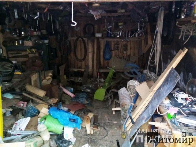 У жительки Житомирщини з гаража винесли мотоблок, побутову техніку та майже 400 л меду. ФОТО