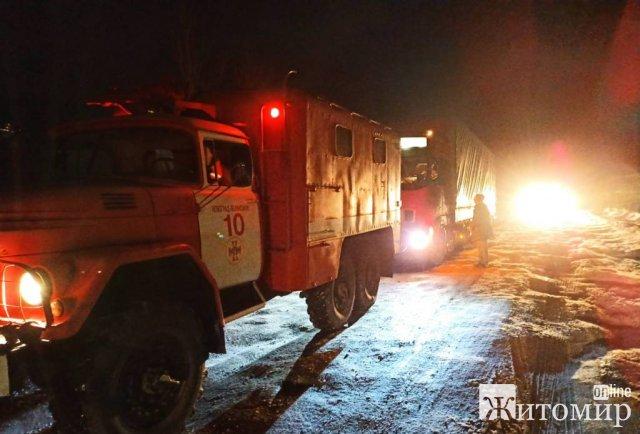 На мосту в Житомирській області вантажівка перекрила рух транспорту. ФОТО