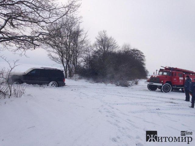 У селі на Житомирщині Lexus застряг у сніговому заметі. ФОТО