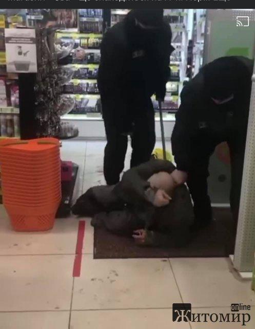 Поліцейські відкрили кримінальне провадження щодо побиття чоловіка в магазині Житомира, який зайшов погрітися. ФОТО