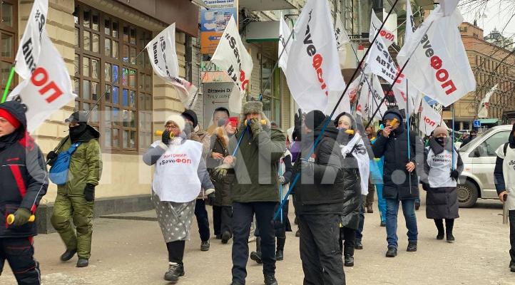 ФОПы протестуют под офисом мамы главы финансового Комитета Рады и требуют забрать сына на перевоспитание