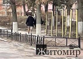 Сьогодні у Житомирі прогулювався молодий чоловік у шортах. ФОТО