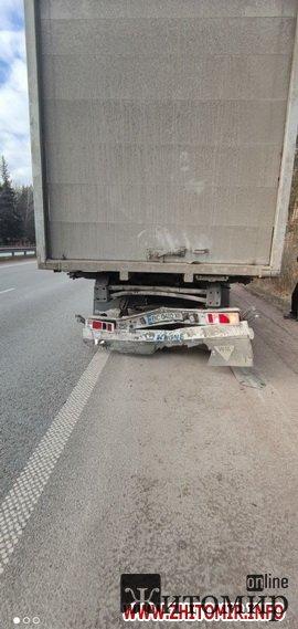На трасі у Житомирській області Ford в'їхав у вантажівку. ФОТО