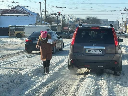 На кого працює професійна жебрачка на перехресті проспекту Незалежності та вулиці Покровської у Житомирі? ФОТО