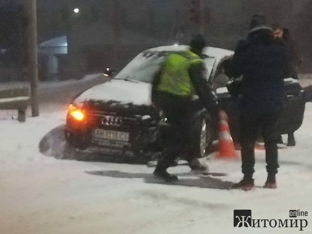 У Житомирі AUDI збило знаки та вилетіло у відбійник! ФОТО.