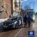 У Житомирі водій припаркував авто біля трамвайних шляхів, чим заблокував рух трамваю. ФОТО