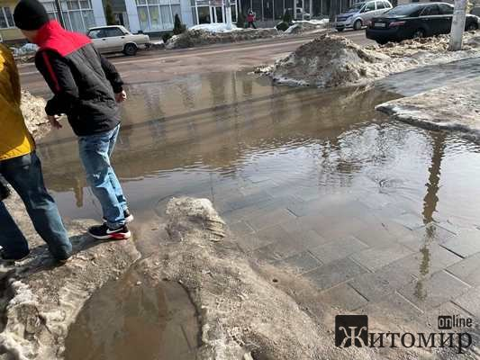 Величезні калюжі на житомирських тротуарах. ФОТО