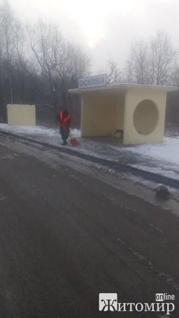У вихідні на державні дороги в Житомирській області висипали 2700 тонн протиожеледних матеріалів