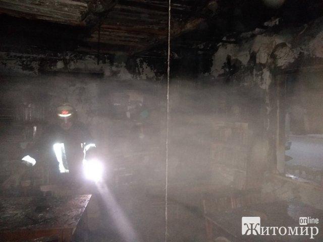 Рятувальники двічі підвозили воду, аби загасити пожежу в селищі Малинського району. ФОТО