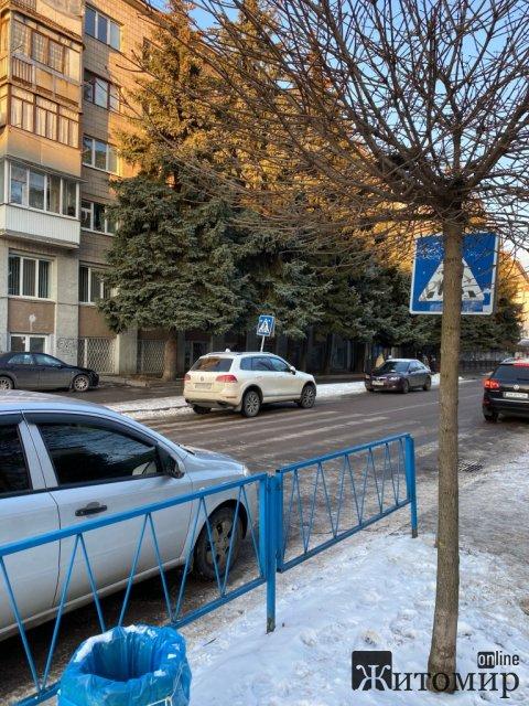 У Житомирі біля гімназії на пішохідному переході стоїть припаркований автомобіль.ФОТО