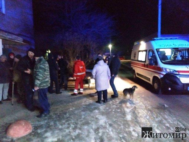 У місті на Житомирщині в задимленій багатоповерхівці рятувальники знайшли безхатька та передали медикам. ФОТО