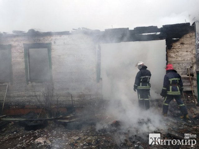 У селі на Житомирщині в охопленому будинку вогнем рятувальники виявили тіло чоловіка. ФОТО