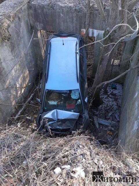 На Житомирщині у прірву з мосту впав автомобіль. ФОТО