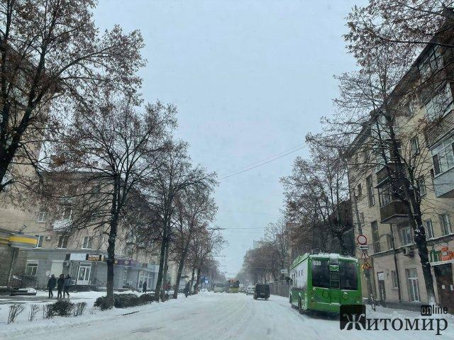 У Житомирі центральні вулиці в снігу в техніки не видно. ФОТО