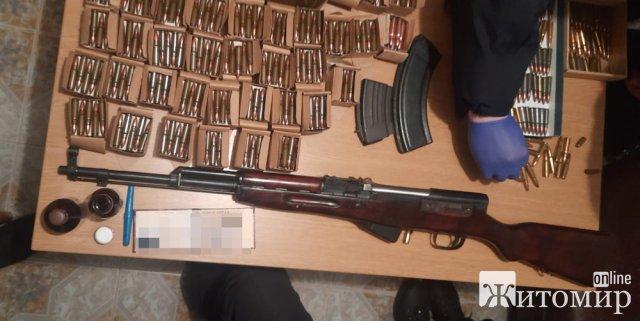 """У Житомирі поліцейські """"заспокоювали"""" сімейного дебошира, що стріляв. ФОТО"""